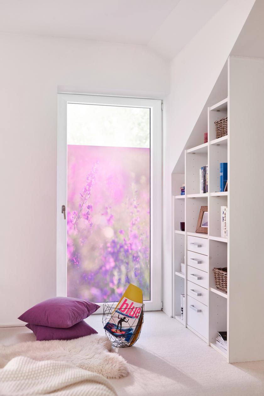 fensterfolie selbstklebend sichtschutz blumenwiese violett lichblick shop. Black Bedroom Furniture Sets. Home Design Ideas
